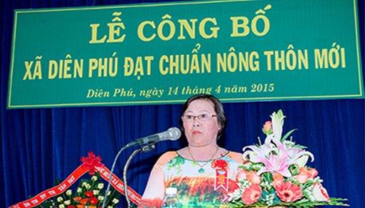 Cô Đinh Thị Kiều Hoa nhận danh hiệu Hộ...
